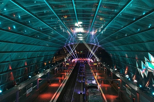 [Translate to Englisch:] Elbbrücken station: view from the connecting level of the suburban train station to the Elbbrücken station, illumination for the grand opening